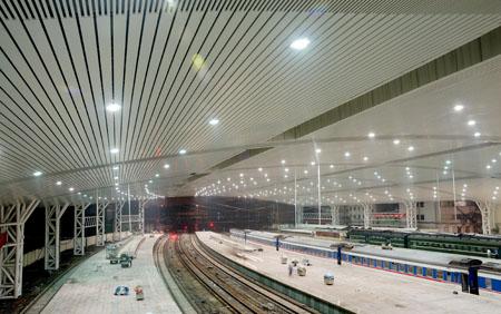 内灌微膨混凝土;屋面结构为钢管桁架式单跨大屋面,截面为正三角形